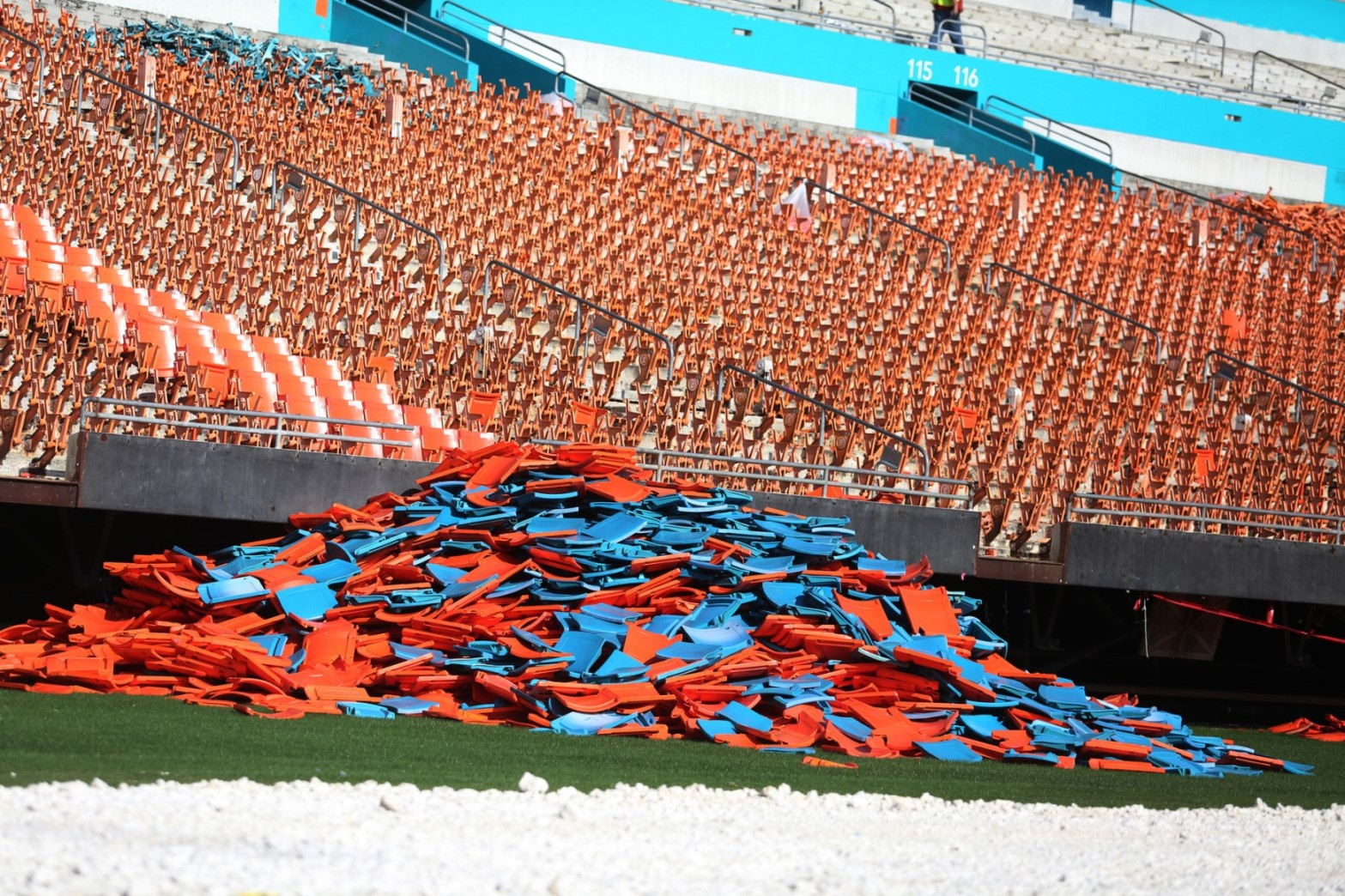 sfl-d1dolphins-sell-old-sun-life-stadium-seats-20150706.jpg